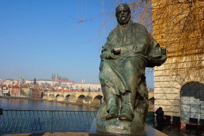 Praga - pomnik Bedřicha Smetany, w tle Most Karola